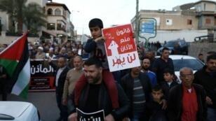 عرب إسرائيليون يتظاهرون في بلدة كابول العربية في شمال إسرائيل السبت 11 آذار/مارس 2017 ضد مشروع قانون يحظر استخدام مكبرات الصوت للأذان في المساجد