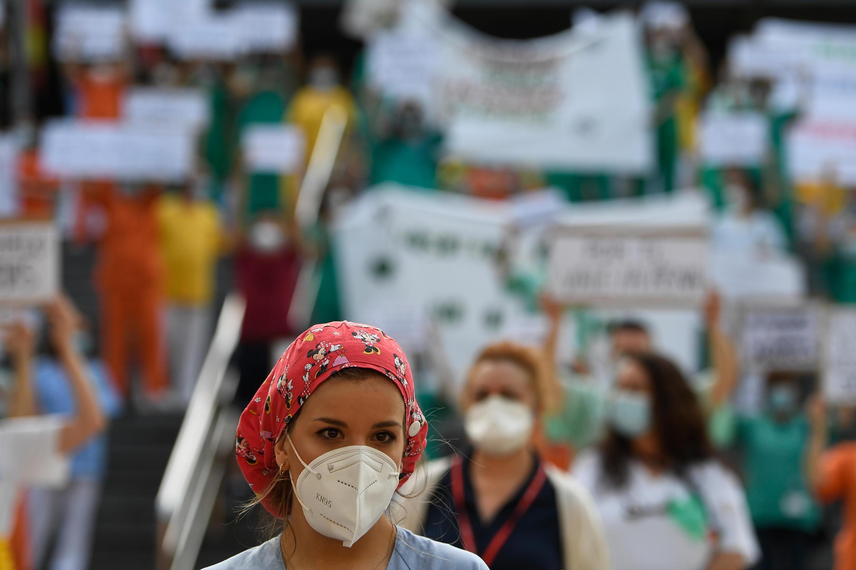 موظفو القطاع الصحي يتظاهرون في مدريد في 25 مايو/أيار 2020.