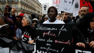 """مظاهرة خرج فيها الآلاف في شوارع العاصمة الفرنسية ضد """"عنف عناصر الشرطة"""" في 19 آذار/مارس 2017"""