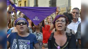 Manifestantes protestan después de que un tribunal decidiera liberar bajo fianza a cinco hombres sentenciados por abusar de una joven, en Pamplona, España, el 21 de junio de 2018.