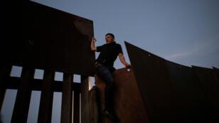 Migrantes de la caravana intentan cruzar el muro fronteriso entre Estados Unidos y México, en la denominada 'operación hormiga'.