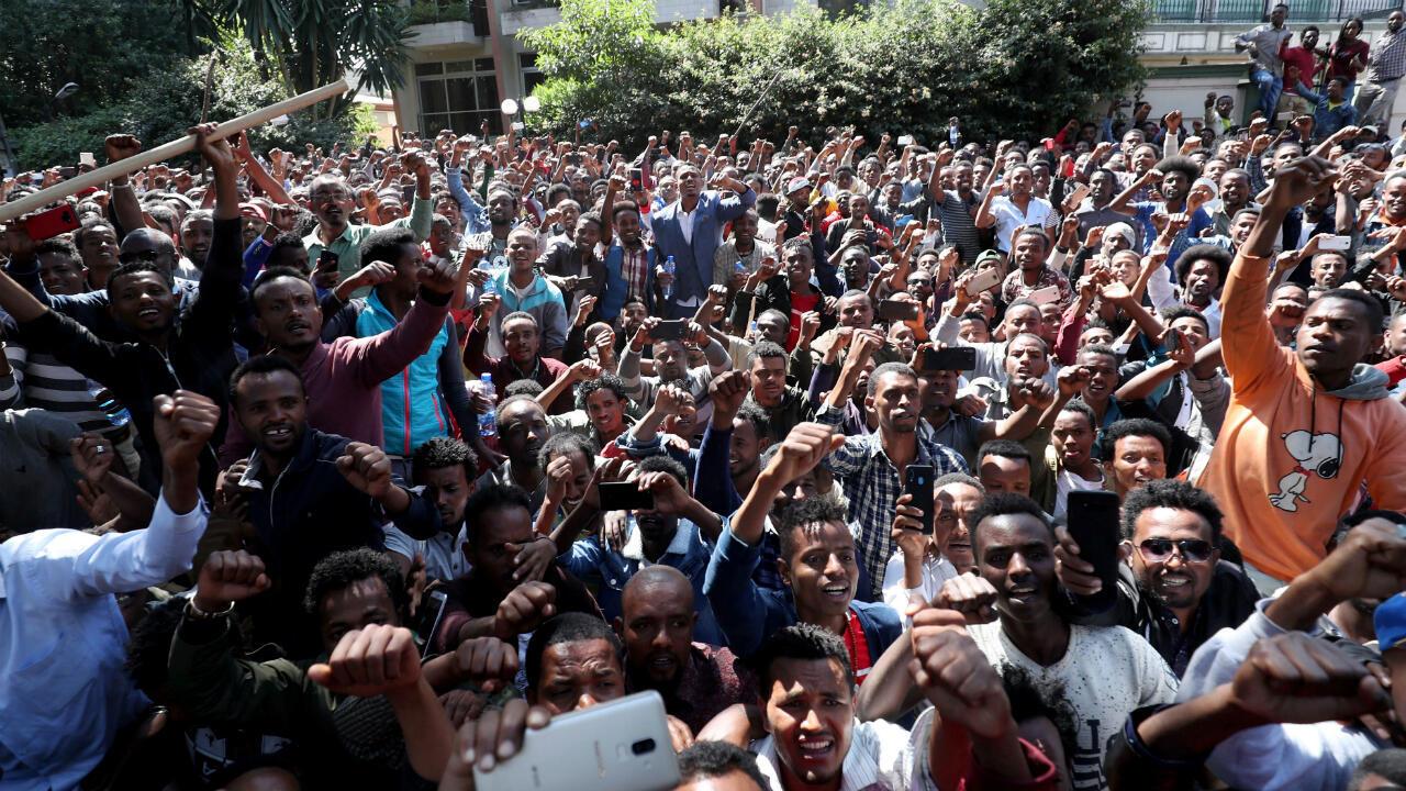 Des jeunes du groupe ethnique Oromo crient des slogans devant la maison de Jawar Mohammed, militant oromo et leader de la manifestation oromo à Addis-Abeba, le 23 octobre 2019.