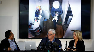 El ex cónsul de Ecuador en Londres, Fidel Narváez, junto al editor en jefe de WikiLeaks, Kristinn Hrafnsson, y la abogada Jennifer Robinson durante la conferencia de prensa sobre la situación de Julian Assange, el fundador de WikiLeaks, ofrecida en Londres el 10 de abril de 2019.
