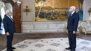 صورة منشورة على صفحة الرئاسة التونسية على فيسبوك في 28 أيار/مايو 2020 يظهر فيها الرئيس التونسي قيس سعيد يستقبل رئيس البرلمان راشد غنوشي في قصر الرئاسة