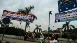 لافتات في مصر قبل بدء الحملة للانتخابات الرئاسية في مصر في القاهرة في 21 شباط/فبراير 2018