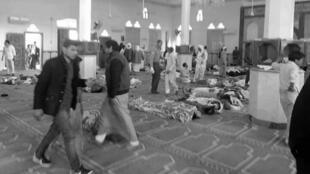 Varias personas permanecen junto a cuerpos sin vida en el interior una mezquita contra la que se ha perpetrado un ataque, en la ciudad de Al Arish, en el norte de la península del Sinaí (Egipto), el 24 de noviembre de 2017