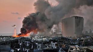 مروحية تساهم في إخماد النيران بعد الانفجار في مرفأ بيروت في 4 آب/أغسطس 2020