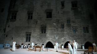 """Répétition de la pièce de théâtre """"Architecture"""" qui inaugure la 73e édition (4-23 juillet) du festival d'Avignon, dans la cour d'honneur du palais des Papes, le 2 juillet 2019"""