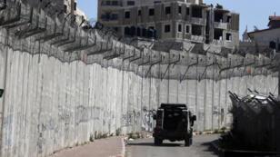Une patrouille israélienne le long du mur de séparation, le 24 février 2016.