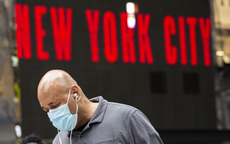 Un passant dans le centre de Manhattan, à New York, le 29 juillet 2021