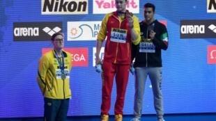 L'Australien Mack Horton (g) refuse de monter sur le podium du 400 m libre remporté par le controversé chinois Sun Yang (c) aux Mondiaux, le 21 juillet 2019 à Gwangju