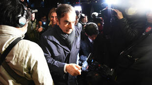 L'ancien président de Nissan, Carlos Ghosn, entouré par des journalistes à proximité de son domicile à Tokyo, le 3 avril 2019.