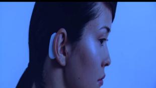L'implant de Neuralink sera raccordé par WiFi à un boitier installé derrière l'oreille.