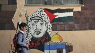 """فلسطينية في طريقها إلى المدرسة التي تديرها وكالة """"الأونروا"""" في مخيم بلاطة شرق نابلس 29 آب/اغسطس"""