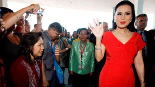 Fotografía de archivo tomada el 19 de agosto de 2008, muestra a la princesa Ubolratana Mahidol de Tailandia durante su visita a la Expo Zaragoza 2008.