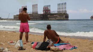 Les navires à combustibles amarrés le long de la côte libanaise provoquent de sérieux dommages environnementaux.