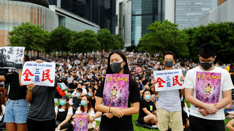 Un grupo de personas hace parte de una huelga general en el Parque Tamar frente a los edificios del gobierno en Hong Kong, el 2 de septiembre de 2019.