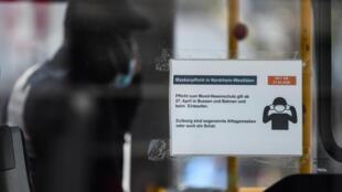 Un cartel visto el 27 de abril de 2020 en un autobús en Hamm informa del uso obligatorio de mascarillas en el estado alemán de Renania del Norte-Westfalia