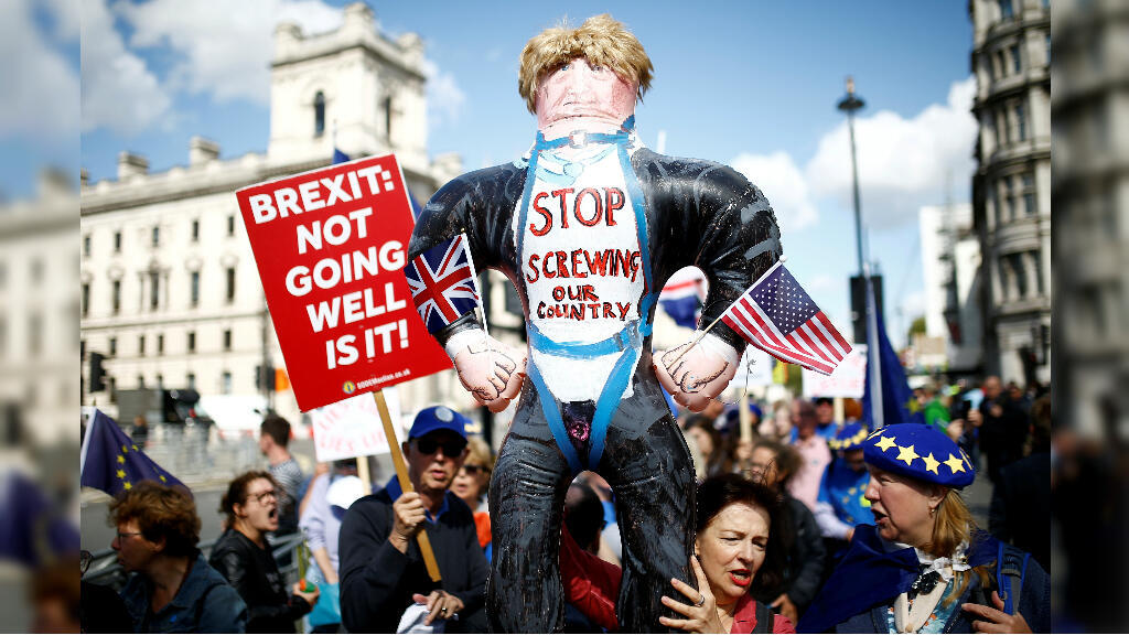 Manifestantes contra el Brexit protestan frente al Parlamento en Westminster, Londres, Reino Unido, el 4 de septiembre de 2019.