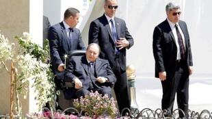 الرئيس الجزائري عبد العزيز بوتفليقة على كرسي متحرك في ظهور نادر بالجزائر العاصمة، 9 أبريل/نيسان 2018