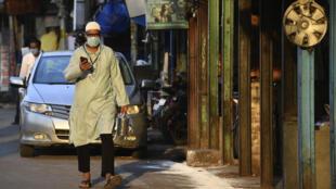Un Indien porte un masque dans les rues de New Delhi, le 25 avril 2020