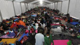Grupos de migrantes descansan en el polideportivo Jesús Martínez Palillo de Ciudad de México, México. 5 de noviembre de 2018.