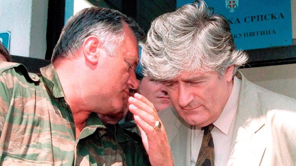 En esta imagen de archivo, Radovan Karadzic, líder de la República de Srpska (D), escucha al general Ratko Mladic (I), durante una reunión en Pale, Bosnia Y Herzegovina, el 5 de agosto de 1993. Ambos son los autores intelectuales y físicos de la matanza.