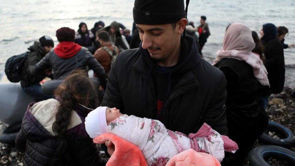 Al menos 500 personas han llegado por mar a tres islas griegas cercanas a la costa turca en pocas horas el domingo por la mañana, según la policía.