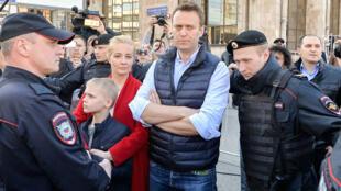 L'homme politique d'opposition, Alexeï Navalny et sa famille, entouré par la police russe, lors d'une manifestation à Moscou le 14 mai 2017.