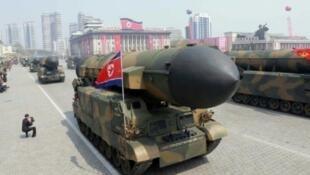 Un missile balistique dans les rues de Pyongyang à l'occasion du 105e anniversaire de la naissance du chef nord-coréen Kim Il-Sung.