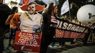 Brasileños protestan contra los recortes en la educación promovidos por el presidente del país, Jair Bolsonaro, en Rio de Janeiro, el 13 de agosto de 2019.