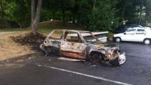 La seule carcasse de voiture visible mardi matin dans les rues de Trappes