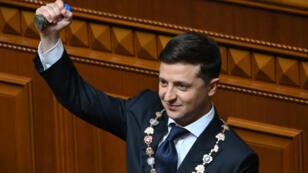 Le nouveau président ukrainien, Volodymyr Zelensky, tenant le sceau présidentiel lors de sa cérémonie d'investiture, le 20 mai 2019.