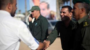 Un miembro de las fuerzas de seguridad palestinas tiende la mano, en un gesto producido en el cruce fronterizo de Rafah con Egipto, en el sur de la Franja de Gaza. 11/01/2017