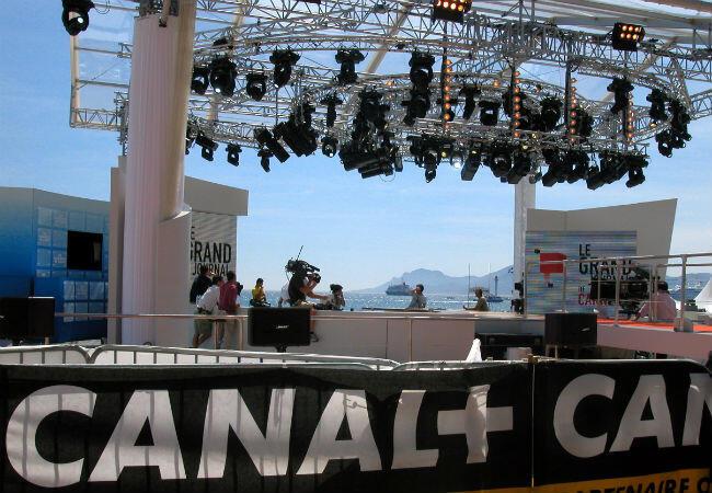 Le plateau du Grand Journal, l'émission phare de Canal+, sur la plage du Martinez, c'est déjà du passé.