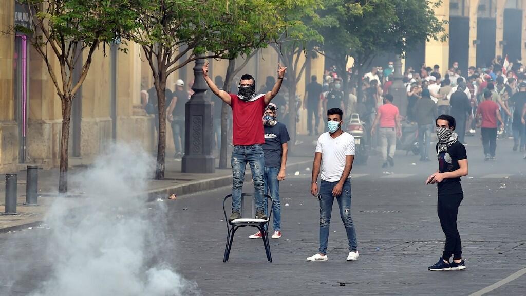 Jóvenes libaneses se enfrentan a las fuerzas de seguridad en Beirut, la capital, en manifestaciones antigubernamentales el 6 de junio de 2020.