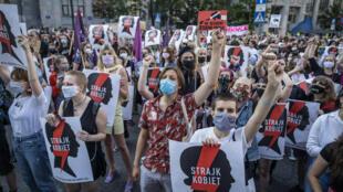 """متظاهرون يحتجون على عزم الحكومة البولندية الانسحاب من """"اتفاقية اسطنبول"""" حول الوقاية من العنف المنزلي ومكافحته في وارسو بتاريخ 24 تموز/يوليو 2020"""