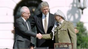 مصافحة تاريخية بين إسحق رابين وياسر عرفات بحضور بيل كلينتون في البيت الأبيض عام 1993