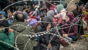الآلاف من المهاجرين على الحدود بين تركيا واليونان