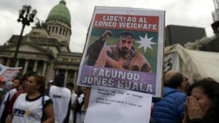 Pancarta mostrando el líder mapuche Facundo Jones Huala durante una protesta al frente del Congreso argentino. Archivo.