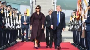 لرئيس الأمريكي دونالد ترامب وزوجته ميلانيا لدى وصولهما إلى قاعدة أوسان الجوية قرب سيول في 7 تشرين الثاني/نوفمبر 2017.