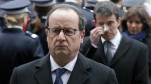 Le président François Hollande suivi par le Premier ministre Manuel Valls durant une cérémonie d'hommage, le 13 janvier 2015 à Paris.