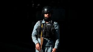 Un membre des forces de sécurité afghanes sur les lieux de l'attaque qui a visé une organisation caritative dans le centre de Kaboul mardi 6 septembre.