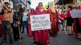 """Des manifestantes, vêtues comme l'héroïne de la série """"La servante écarlate"""", ont défilé dans les rues de la Nouvelle-Orléans samedi 25 mai 2019, pour protester contre cette loi."""