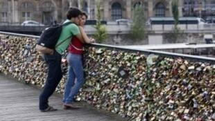 جسر الفنون، في باريس، المثقل بأقفال الحب