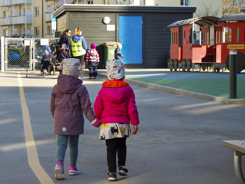 Los niños noruegos comenzaron a regresar a los preescolares, un mes después del cierre por coronavirus.