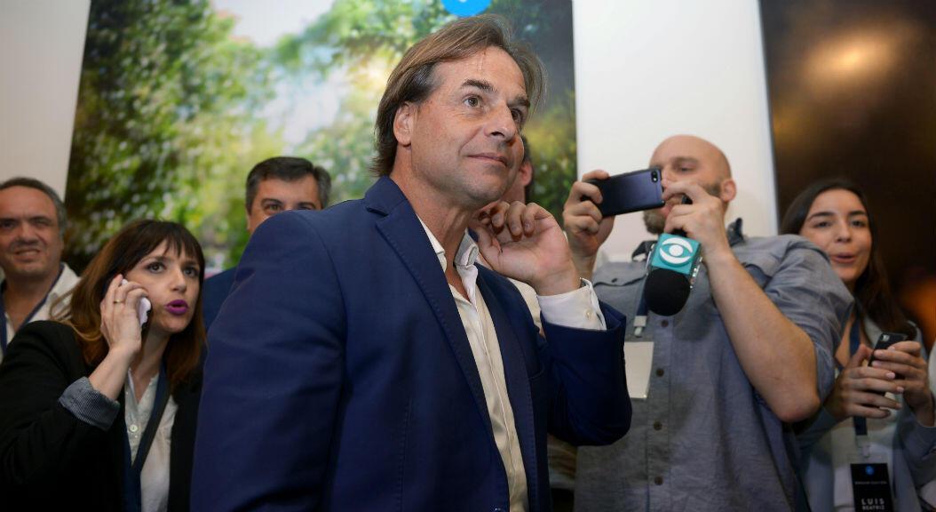 El candidato presidencial del Partido Nacional, Luis Lacalle Pou, tras conocer los resultados de la primera vuelta electoral, en Montevideo, Uruguay, el 27 de octubre de 2019.