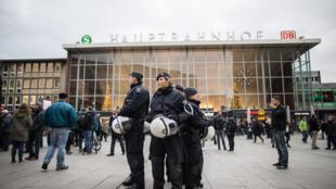 La police surveille les alentours de la gare centrale de Cologne