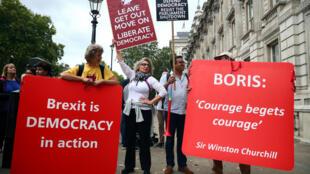 Los manifestantes pro-Brexit y anti-Brexit con pancartas, se unen en Westminster en Londres, Reino Unido, el 3 de septiembre de 2019.
