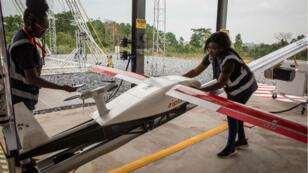 Une équipe de la start-up Zipline prépare un drone pour la livraison de fournitures médicales, à Omenako, le 23 avril 2019, à 70 kilomètres au nord d'Accra.